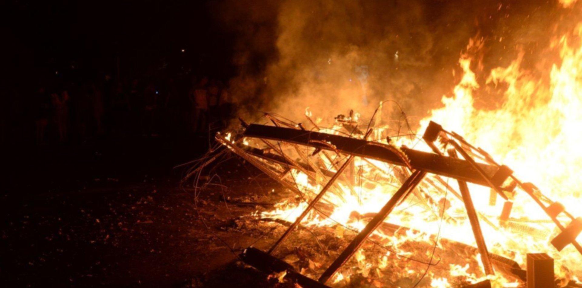 Bronca e indignación: les incendiaron el muñeco que estaban preparando para fin de año