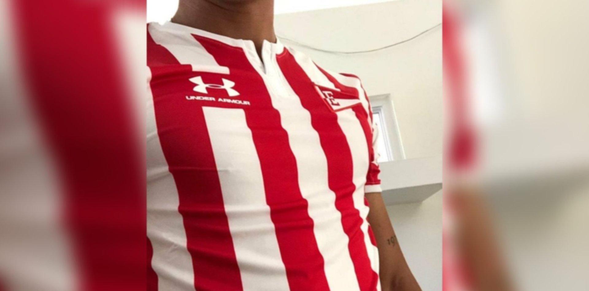 Así es la nueva camiseta titular de Estudiantes con el banderín