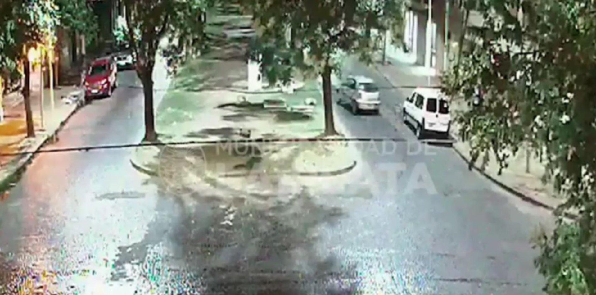 VIDEO: Perdió el control del auto y se incrustó contra un árbol en la rambla de 66