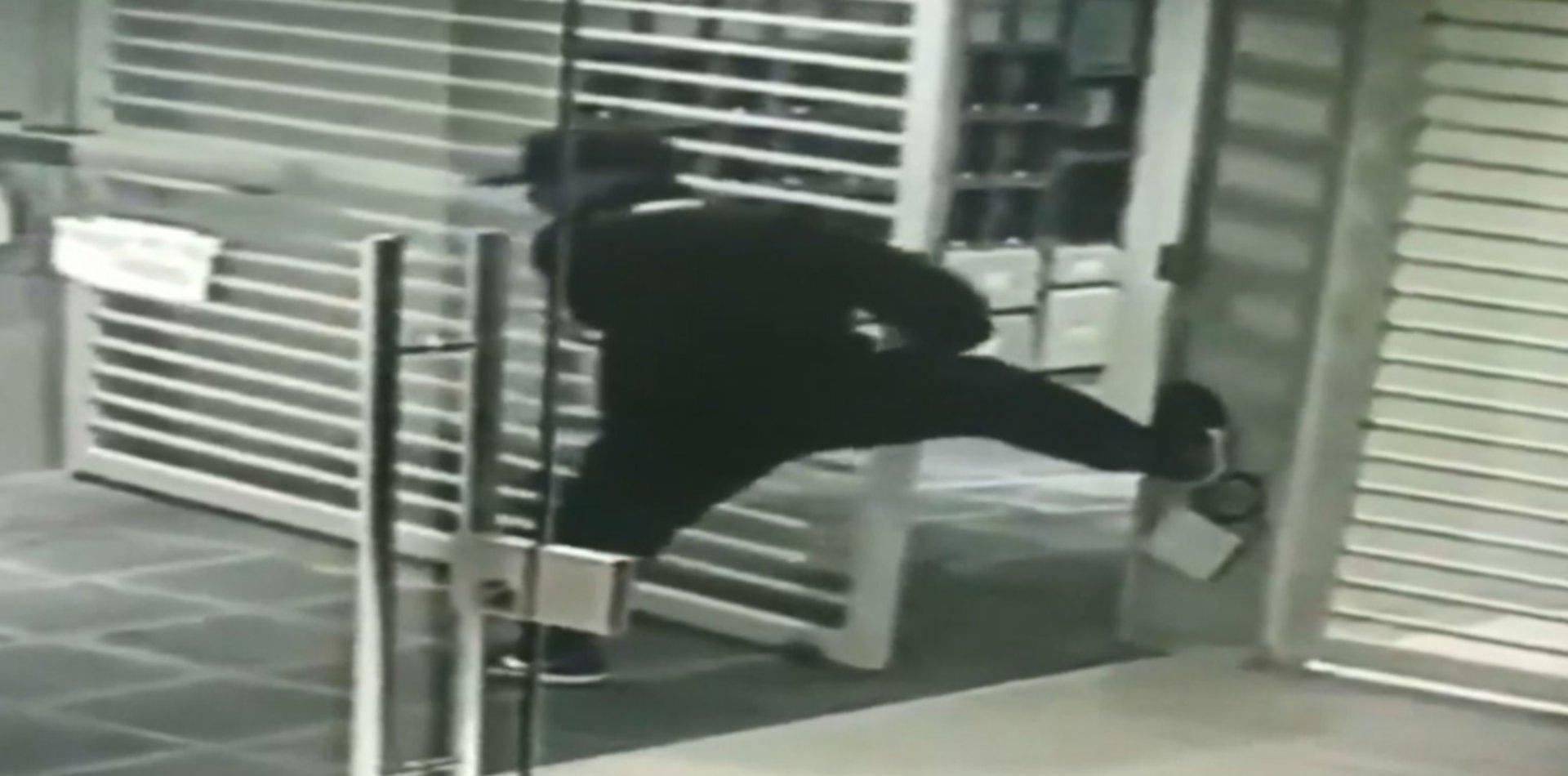 VIDEO: Forzaron el portón de un edificio del centro de La Plata, robaron una moto y escaparon
