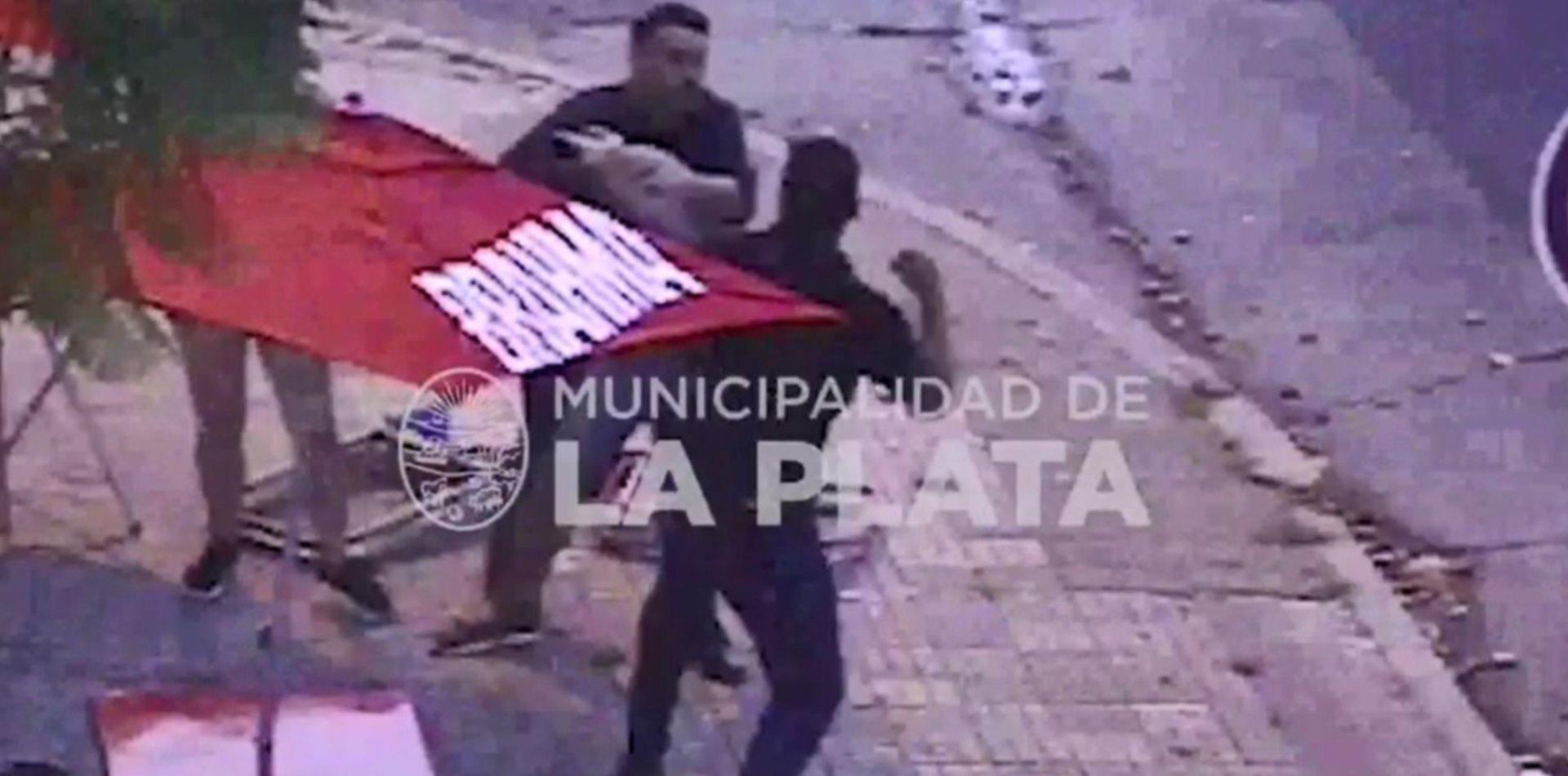 VIDEO: Se agarraron a trompadas en la puerta de un bar de La Plata y terminaron separados por la Policía