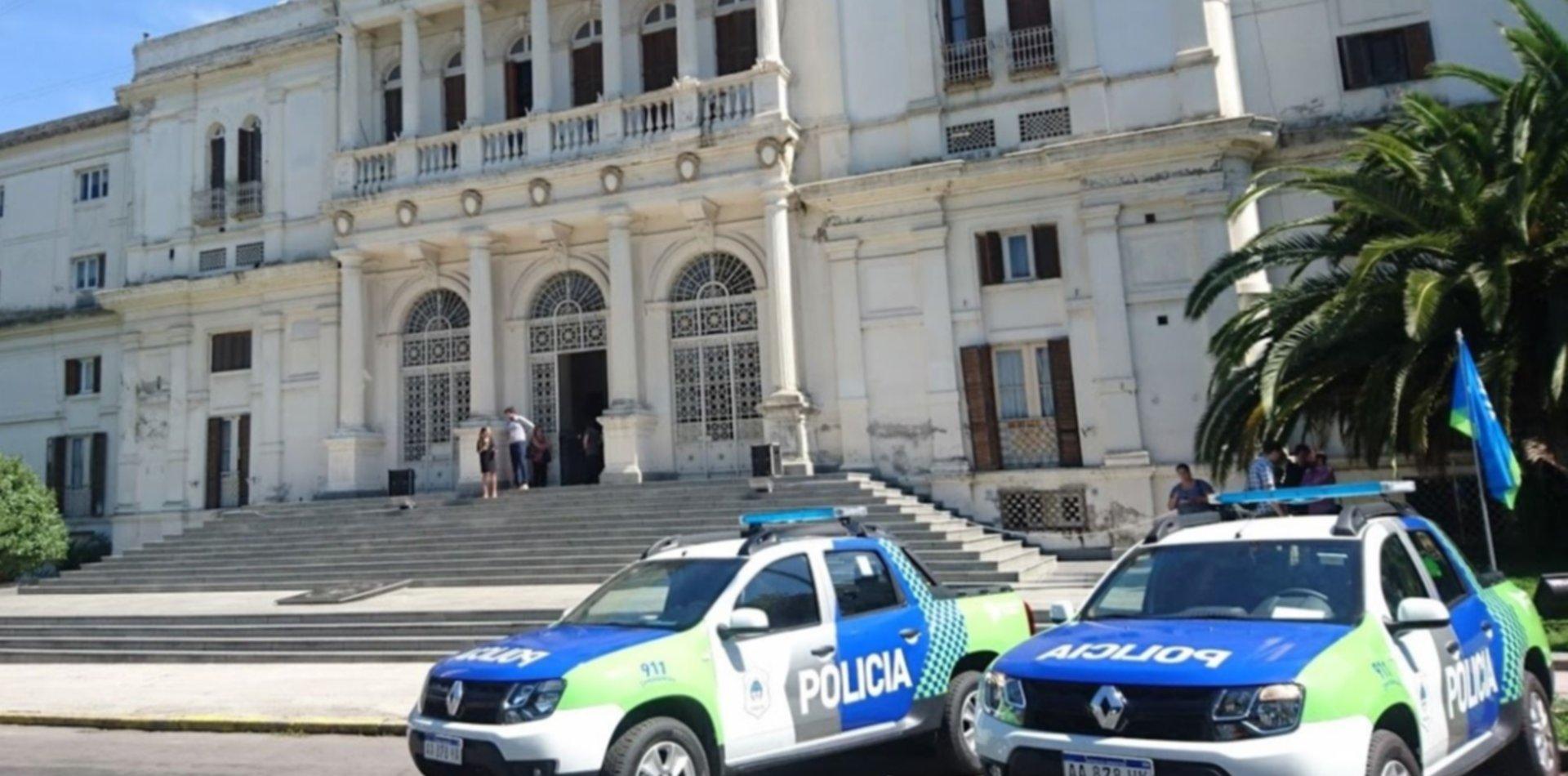 Sorprendió a una policía a metros del Ministerio de Seguridad bonaerense y le robó el cargador de su arma
