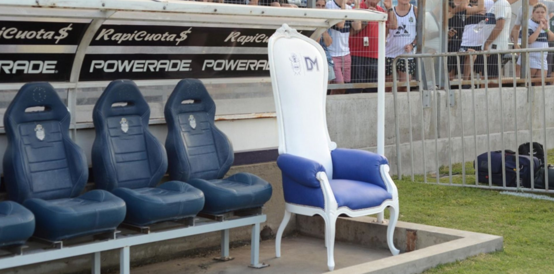 Está todo listo para subastar el trono de Diego Maradona en Gimnasia
