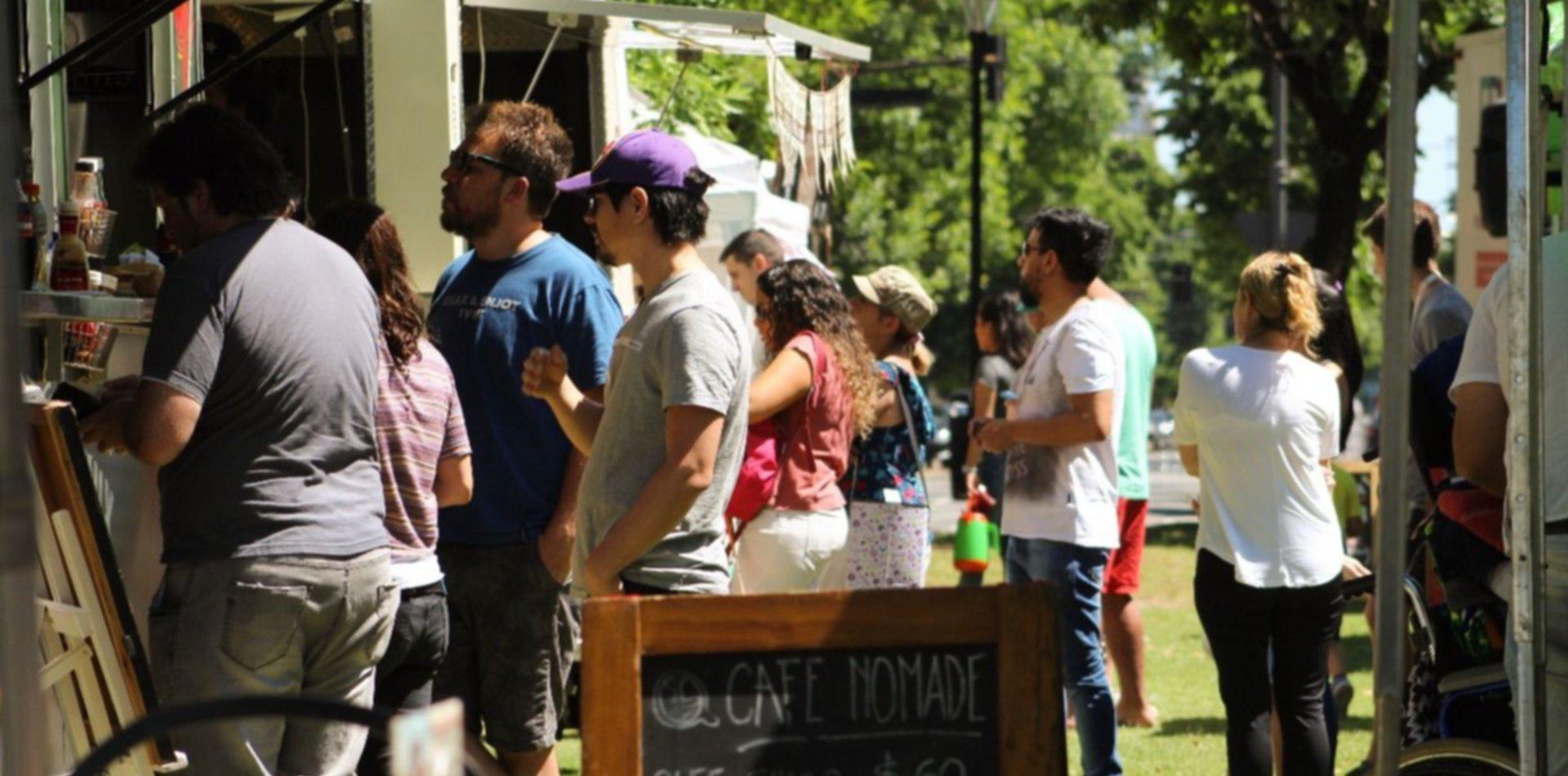 Patio gastronómico, música en vivo, artesanías y espectáculos llegan a plaza Azcuénaga
