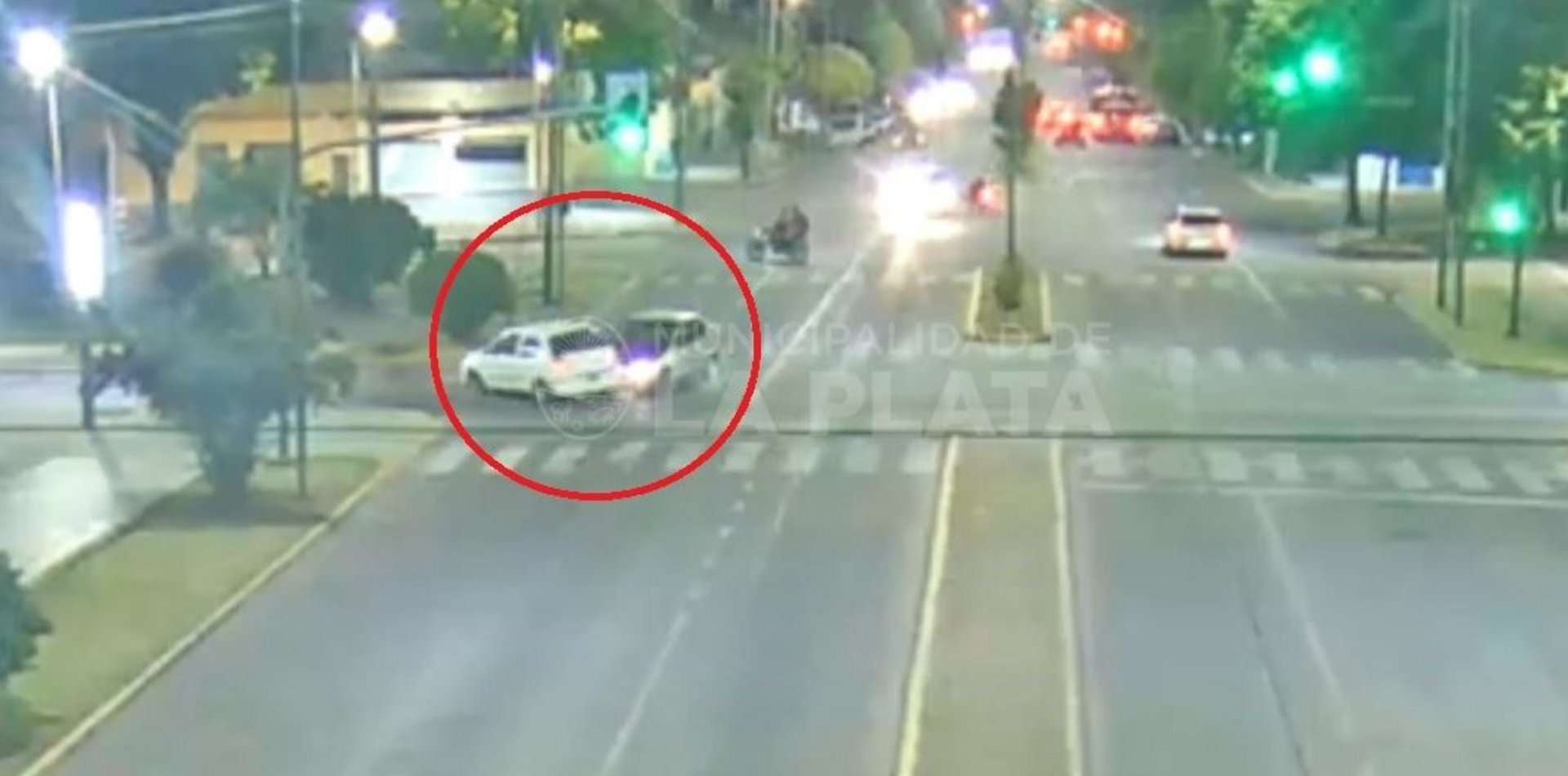 VIDEO: Dobló como quiso en plena diagonal 73 y causó un fuerte accidente