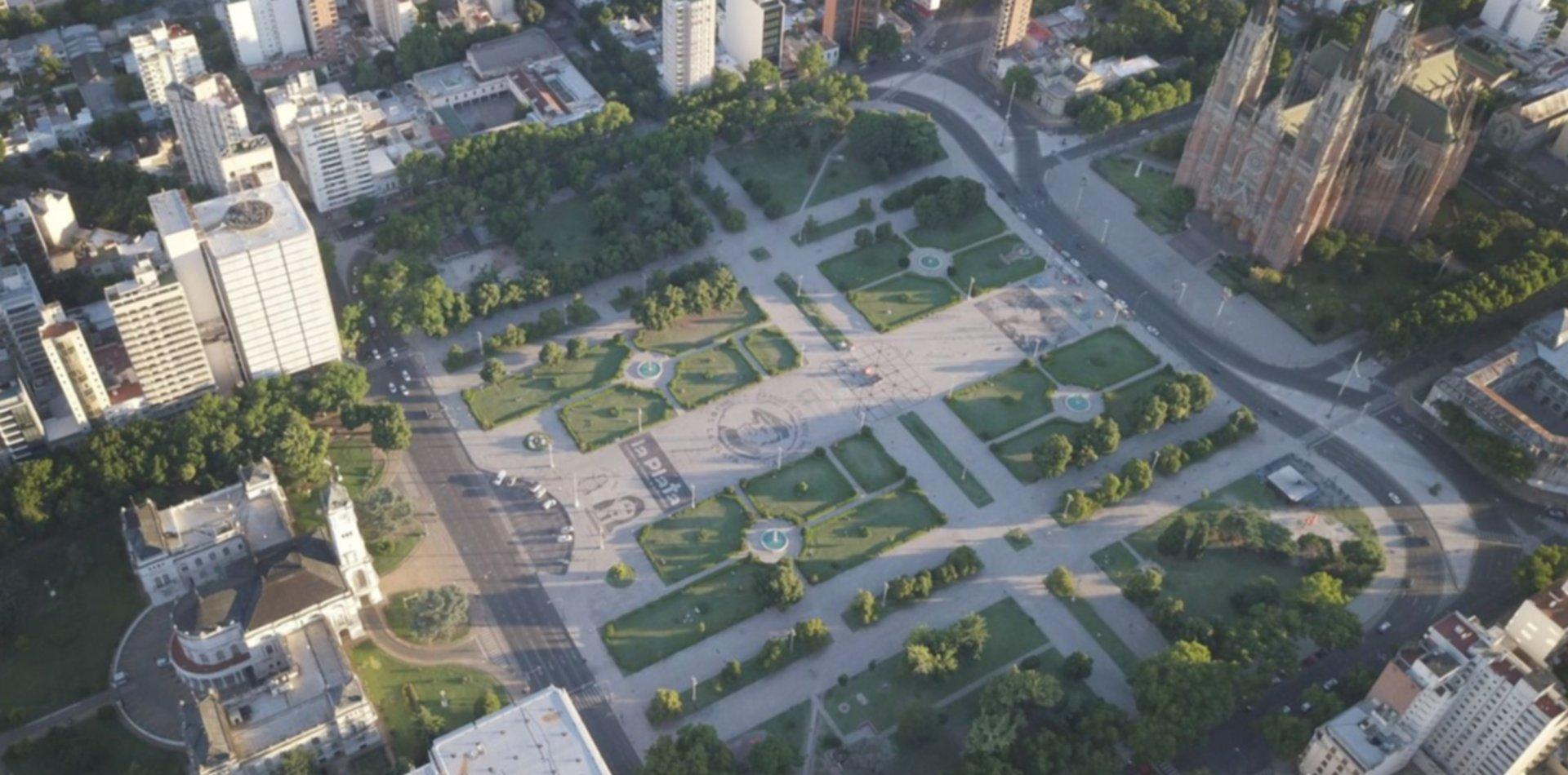 Restauran una emblemática escultura de Plaza Moreno tras 40 años