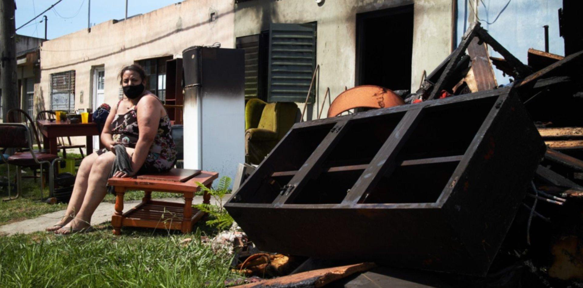 """Una mujer de Los Hornos perdió todo en un incendio y pide ayuda: """"No tengo nada"""""""