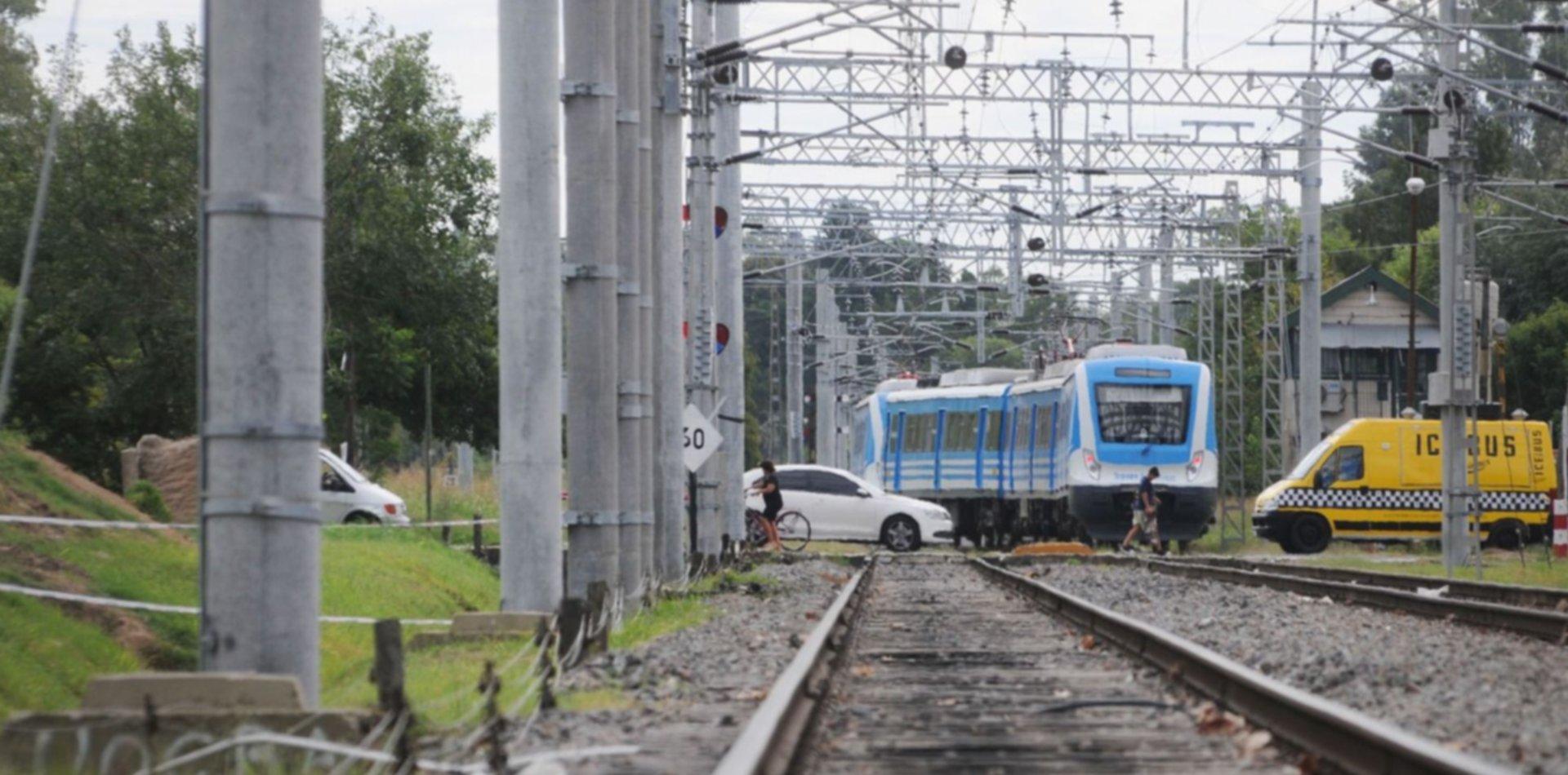 Murió el joven que viajaba en el techo del Tren Roca y se electrocutó