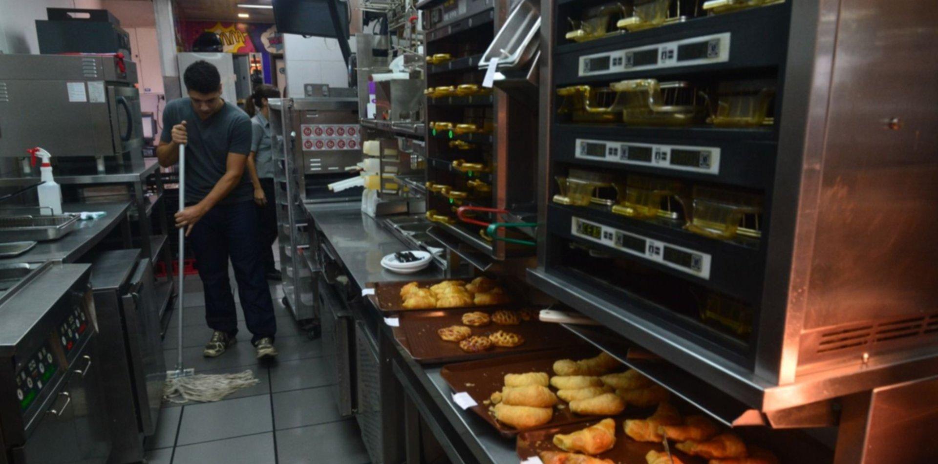 Después de la polémica clausura, el McDonald's de Gonnet muestra los secretos de su cocina