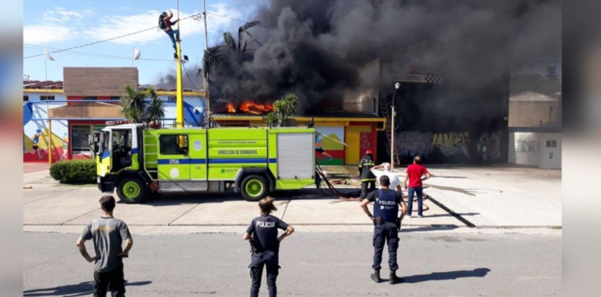 Tensión en Ringuelet por un voraz incendio en la tienda de artículos de camping Baobab