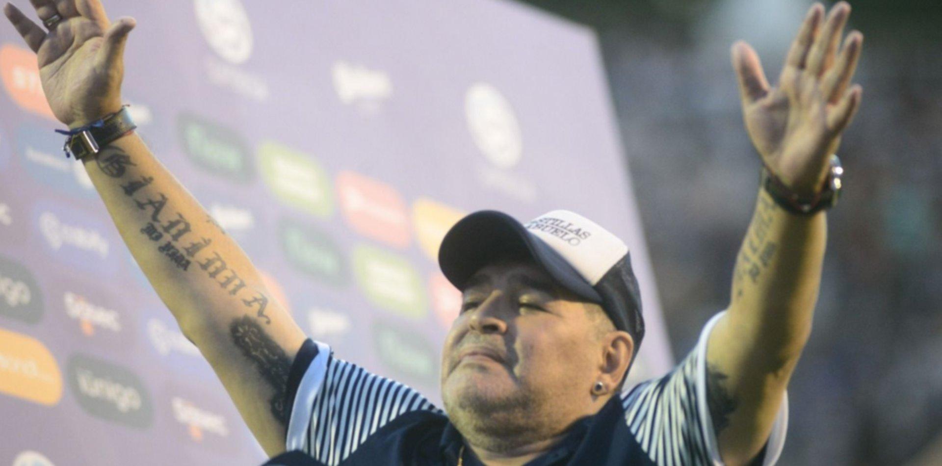 Maradona donó un potrero en Los Hornos y los chicos recibieron golosinas y camisetas