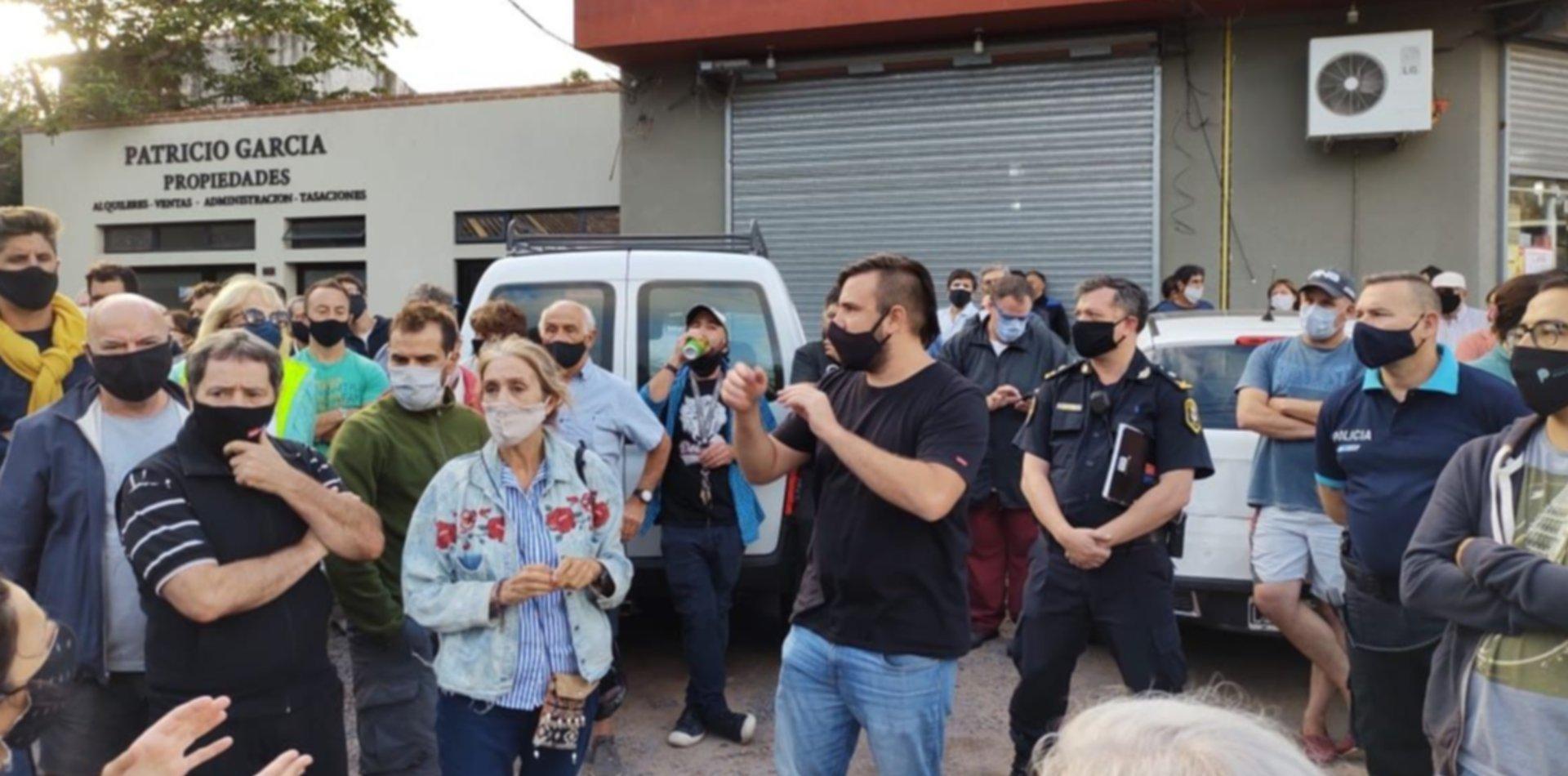 Vecinos de Villa Elisa se reúnen con funcionarios y policías para reclamar seguridad