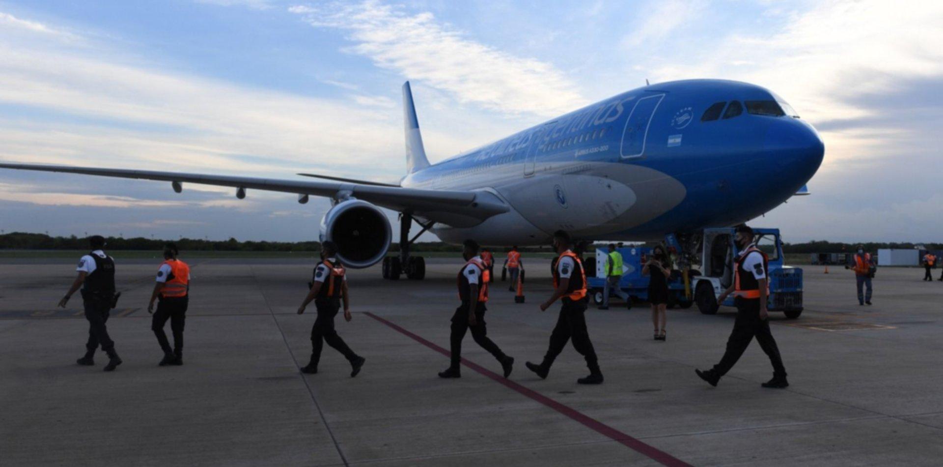 Un avión de Aerolíneas viaja a China a busca de un millón de vacunas contra el COVID-19