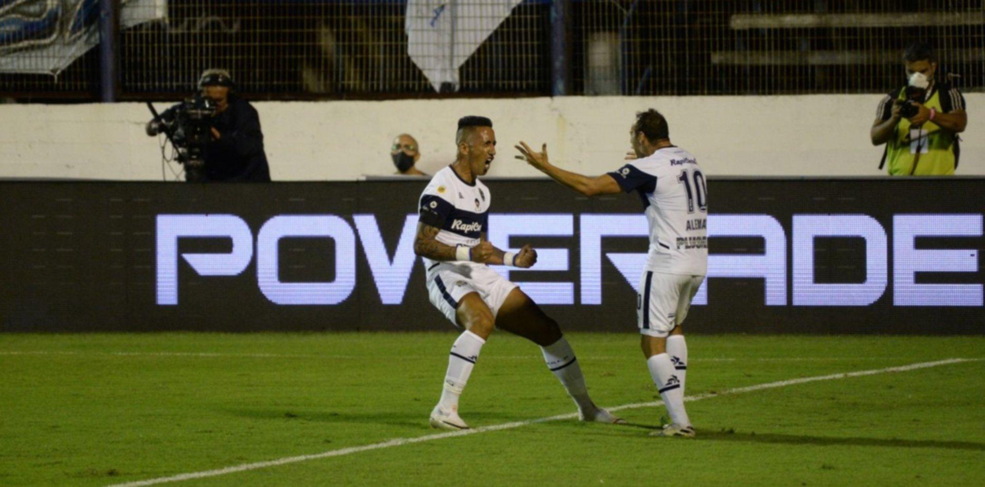 Gimnasia fue más efectivo que Talleres y ganó por 3 a 0 en el Bosque