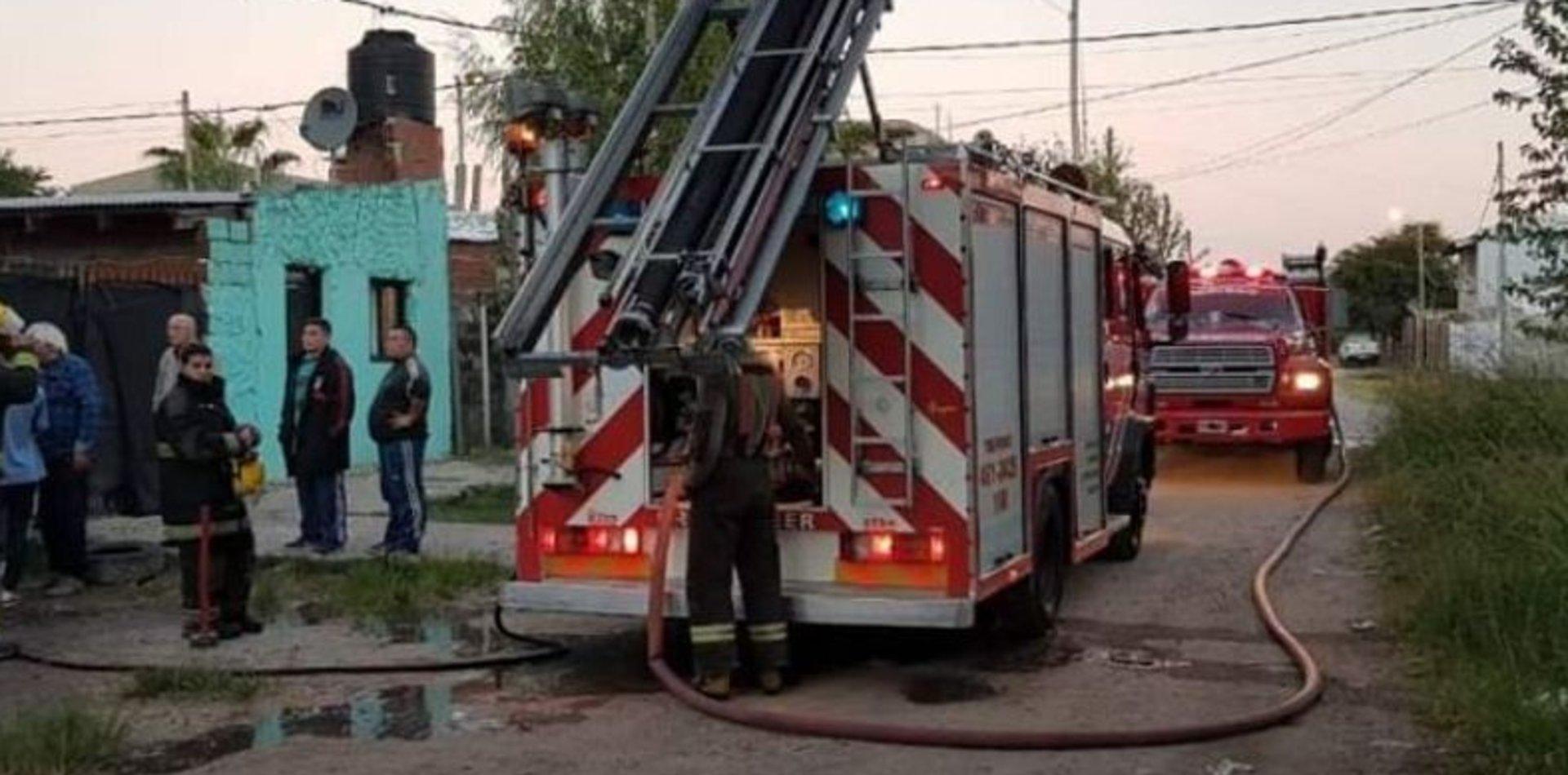 Tensión en Berisso: se incendió una casa y una familia quedó en la calle