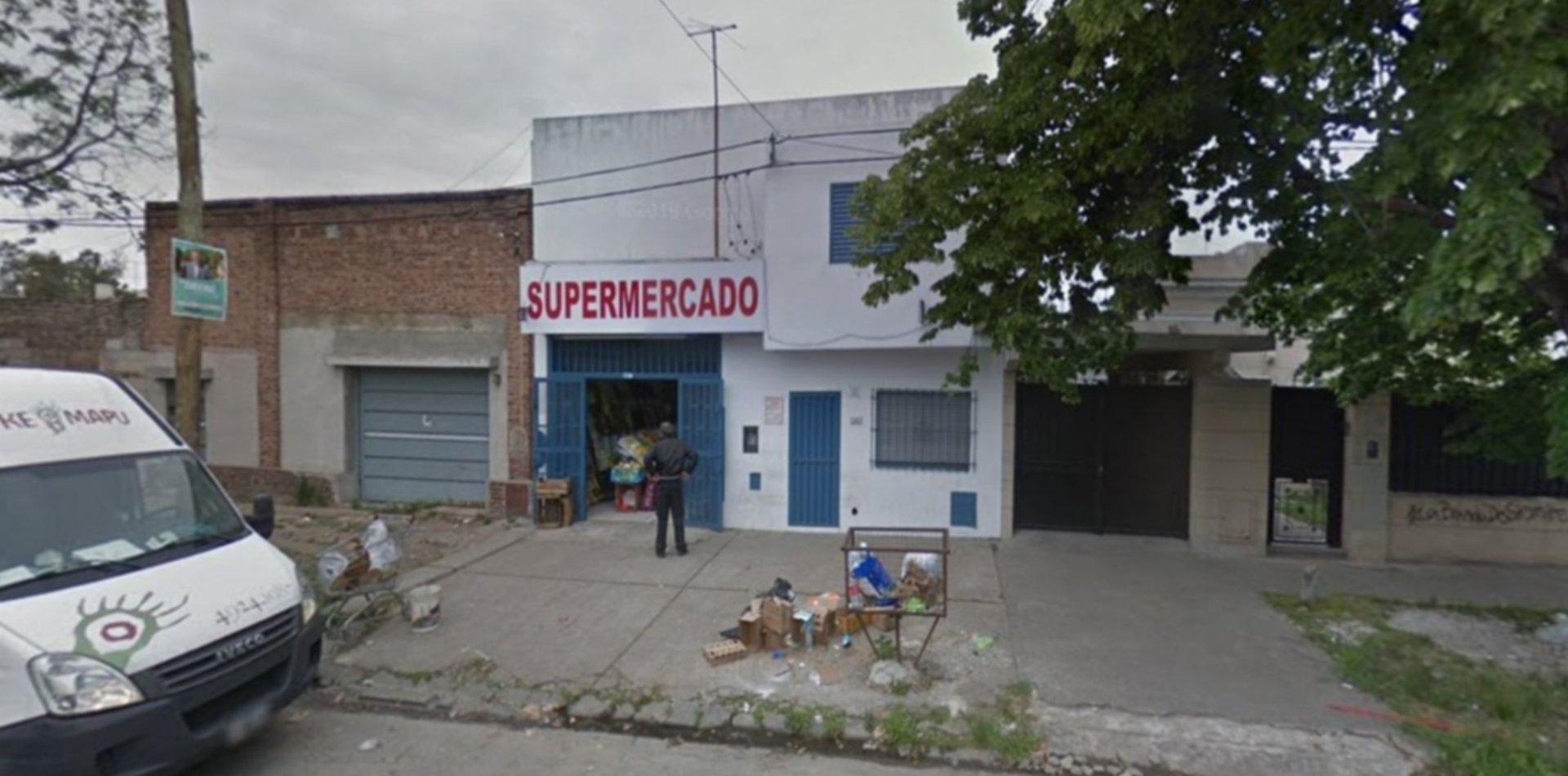 Seis ladrones golpearon al dueño de un súper chino en La Plata, robaron alcohol y escaparon