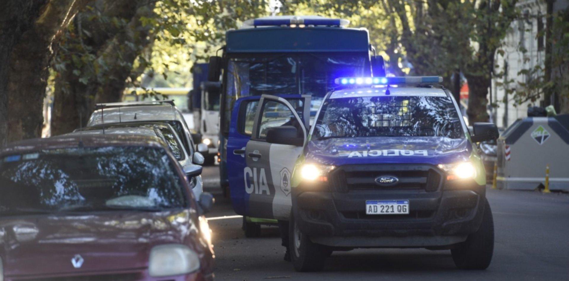 Escándalo en un hostel de La Plata motivó un gran operativo policial y una pareja terminó detenida