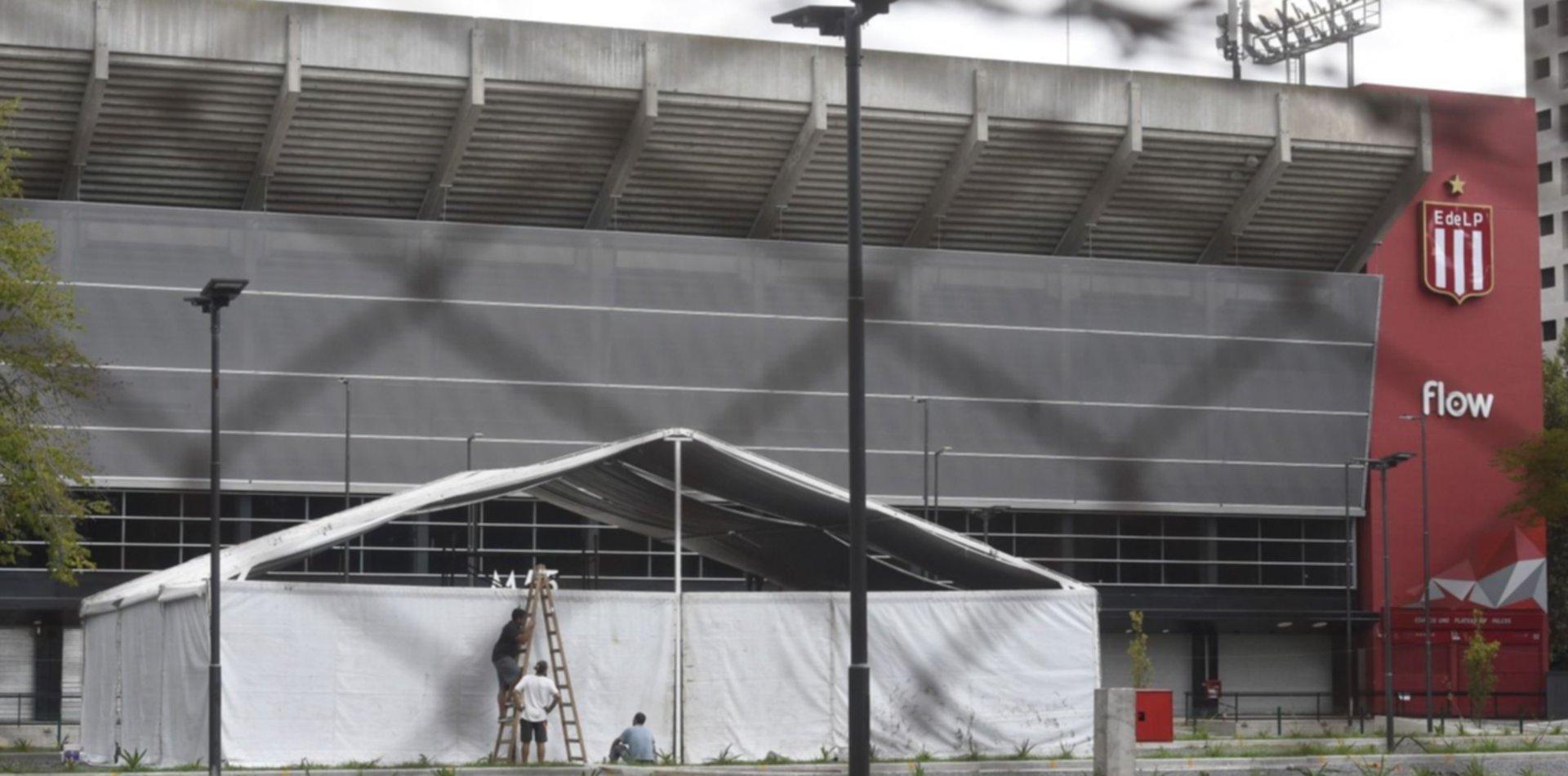 Desarmarán el hospital de campaña de la cancha de Estudiantes por el regreso del fútbol