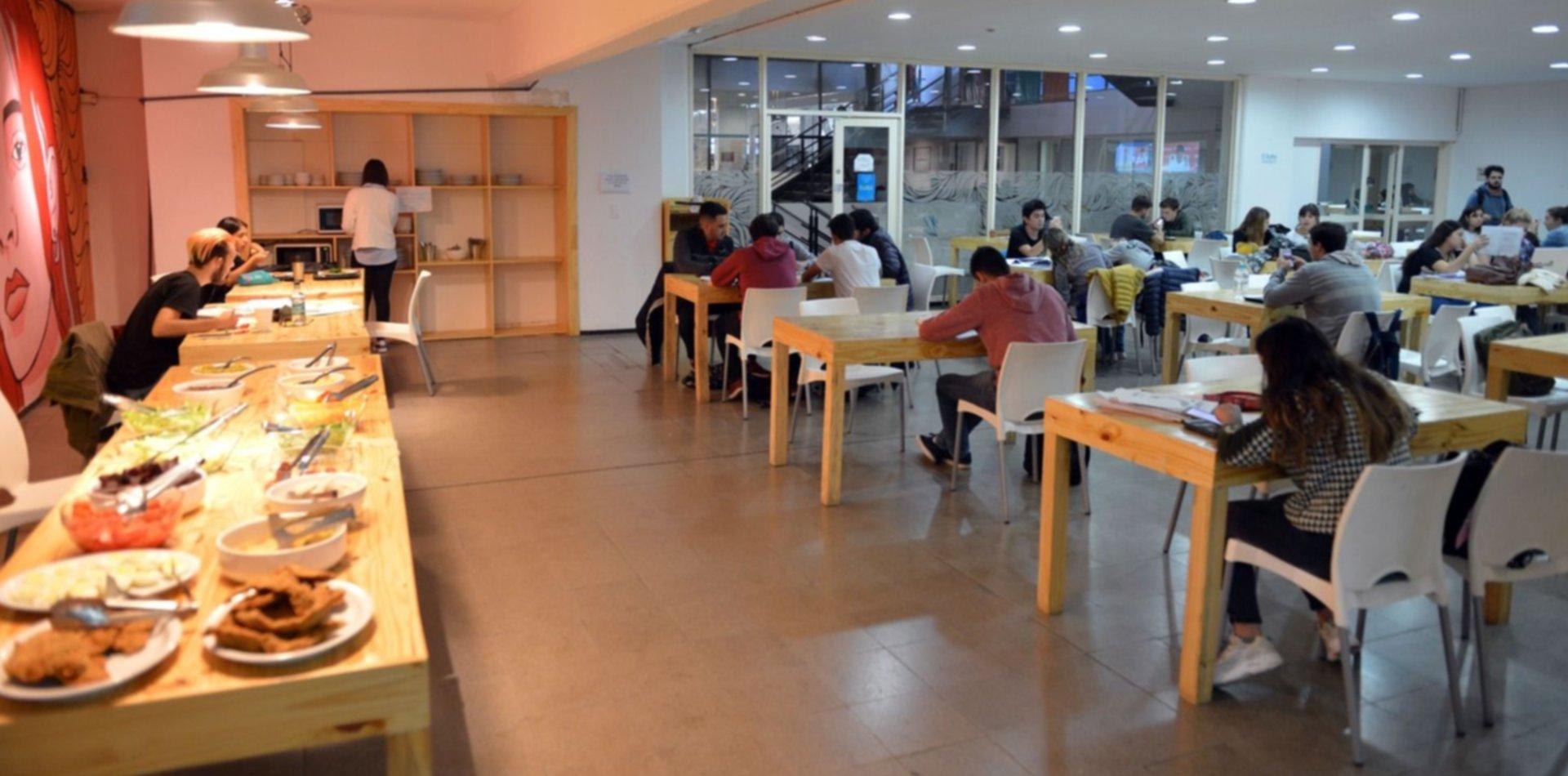 Cómo funcionan, qué ofrecen y cuánto sale comer en los buffet de las facultades de la UNLP
