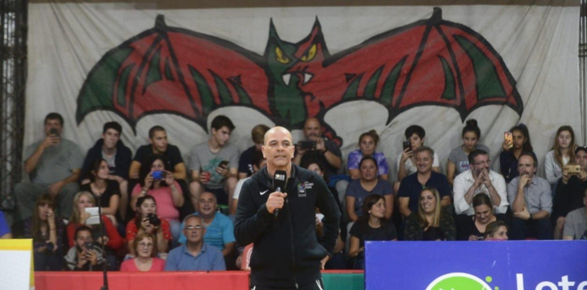 El Oveja Hernández brindó una clínica de deporte infantil en el club Universal de La Plata