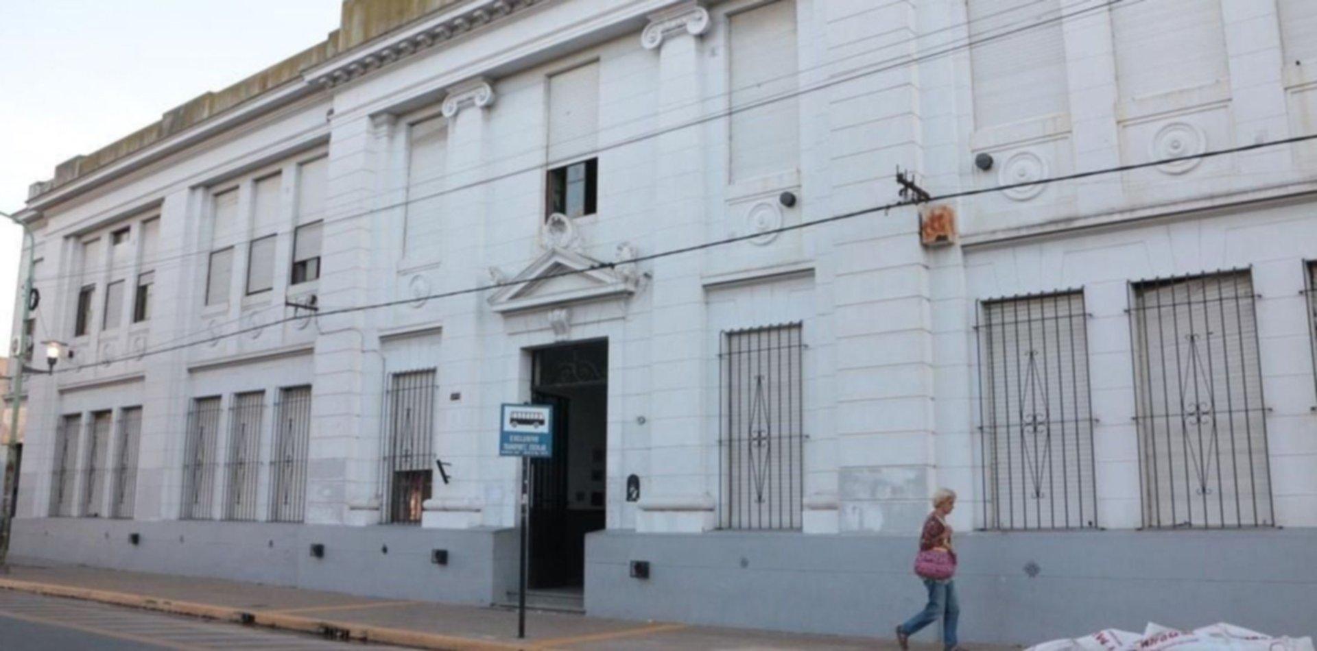 Volvió la maestra que cacheó a nenes de primer grado en Ensenada y crece el escándalo