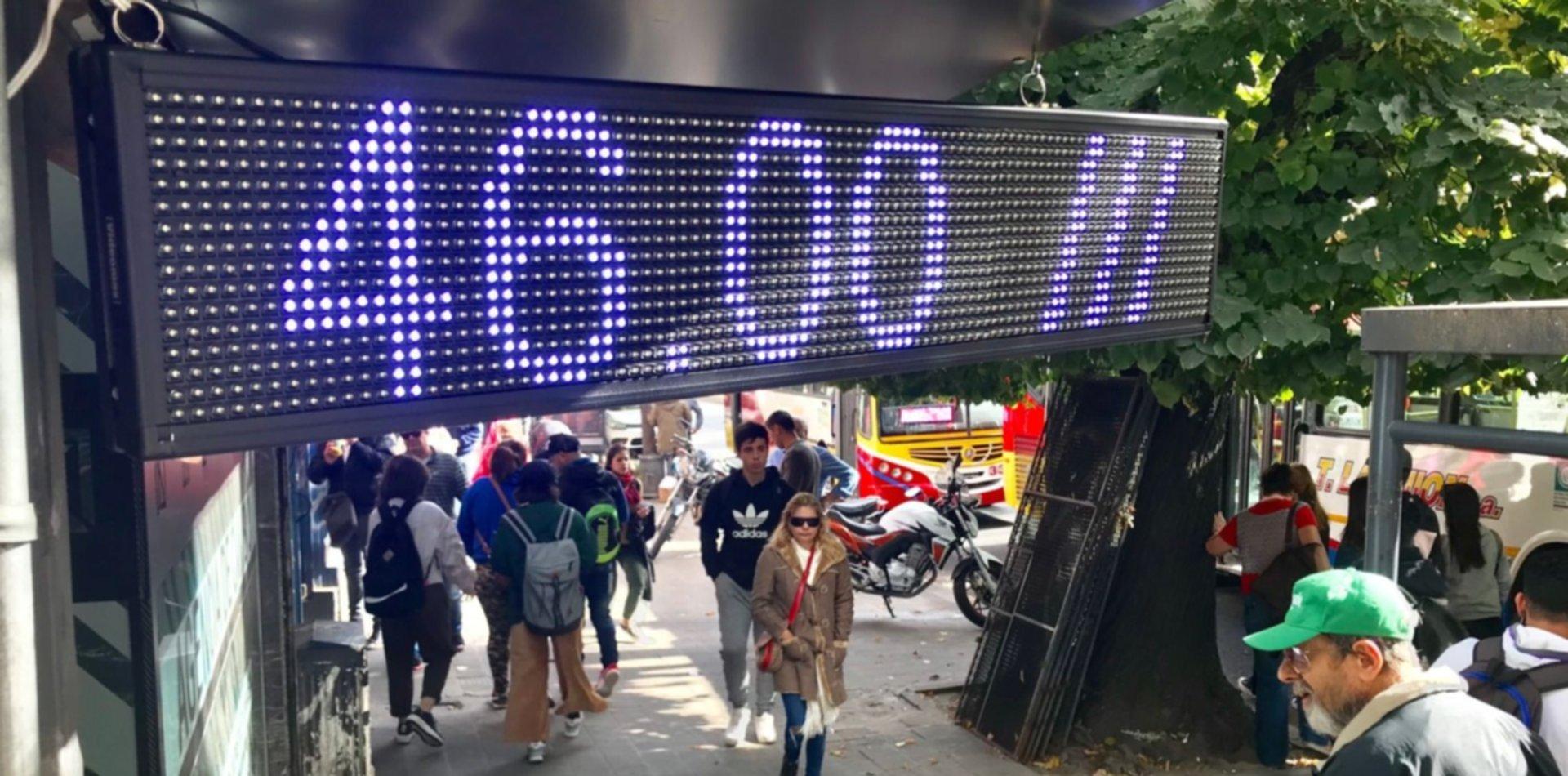 El dólar superó los $47 en La   Plata y el riesgo país pasó los 1000 puntos