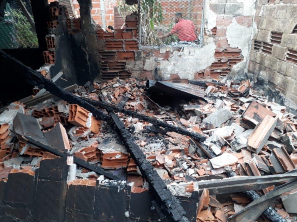 Se les quemó la casa en plena cuarentena, quedaron en la calle y piden ayuda para vivir