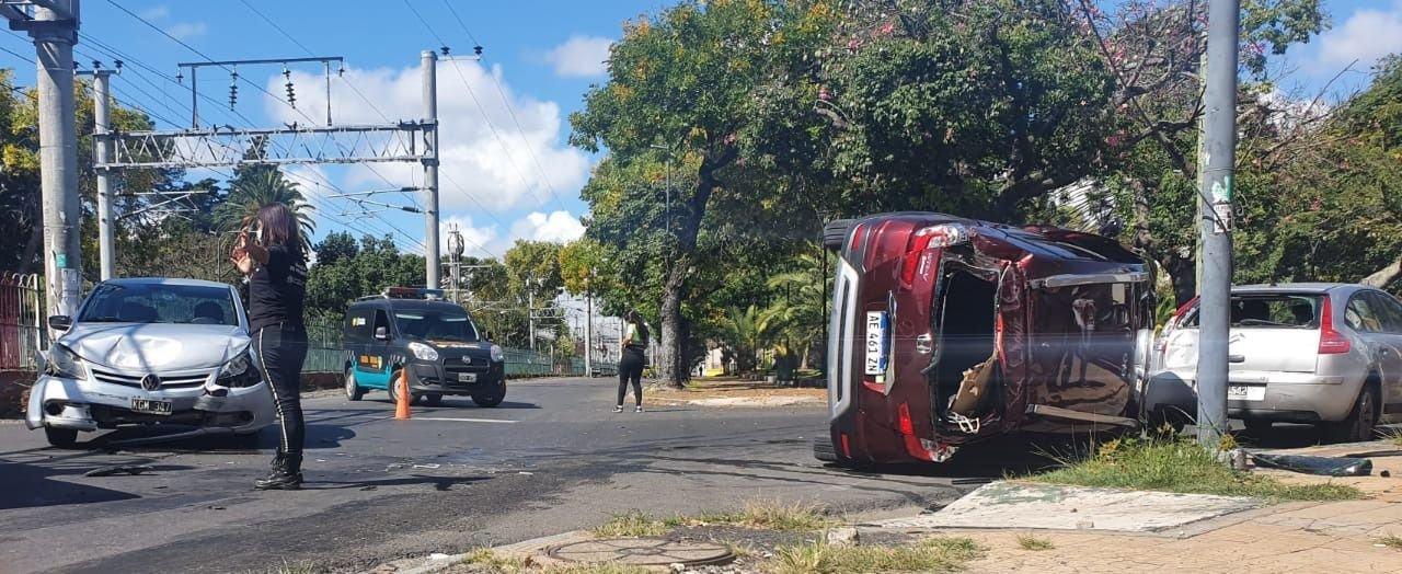 Espectacular accidente y vuelco en La Plata, a metros de las vías del tren