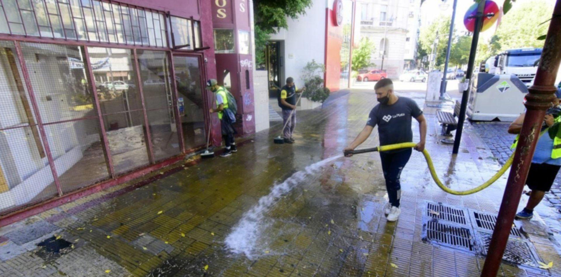 Volvieron los operativos de hidrolavado y desinfección de las veredas de La Plata