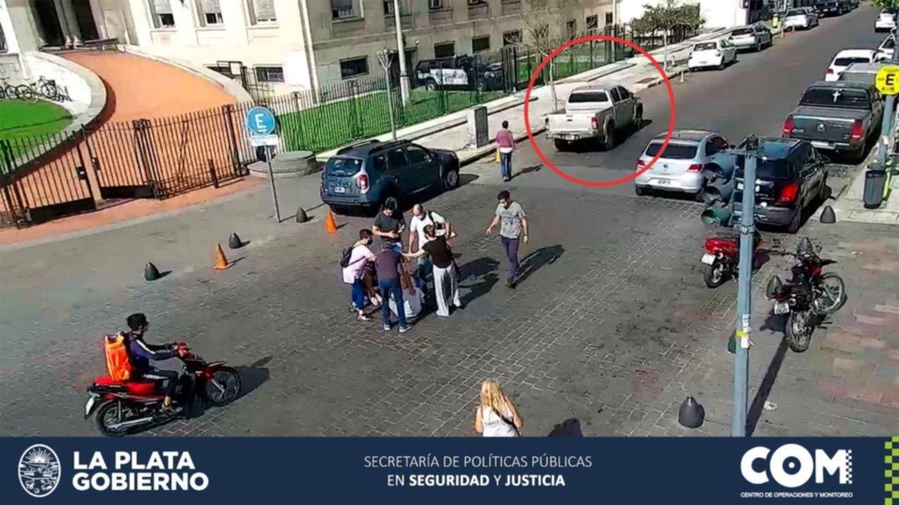 Susto en 8 y 50: una camioneta embistió a una mujer y terminó tendida en plena calle