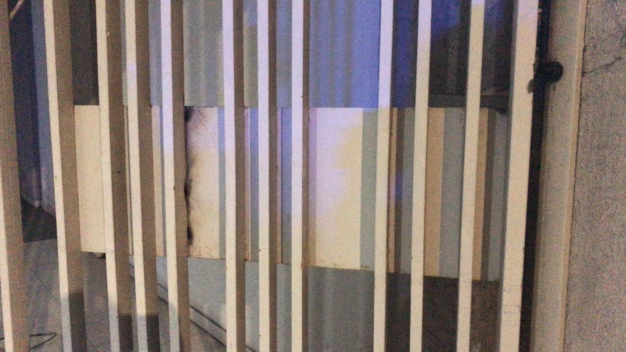 VIDEOS: Barreteó la puerta de un edificio de La Plata y quiso entrar a robar