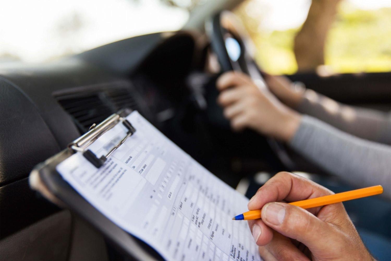 """Empiezan a discutir una nueva regulación para los """"coches escuela"""" de La Plata"""