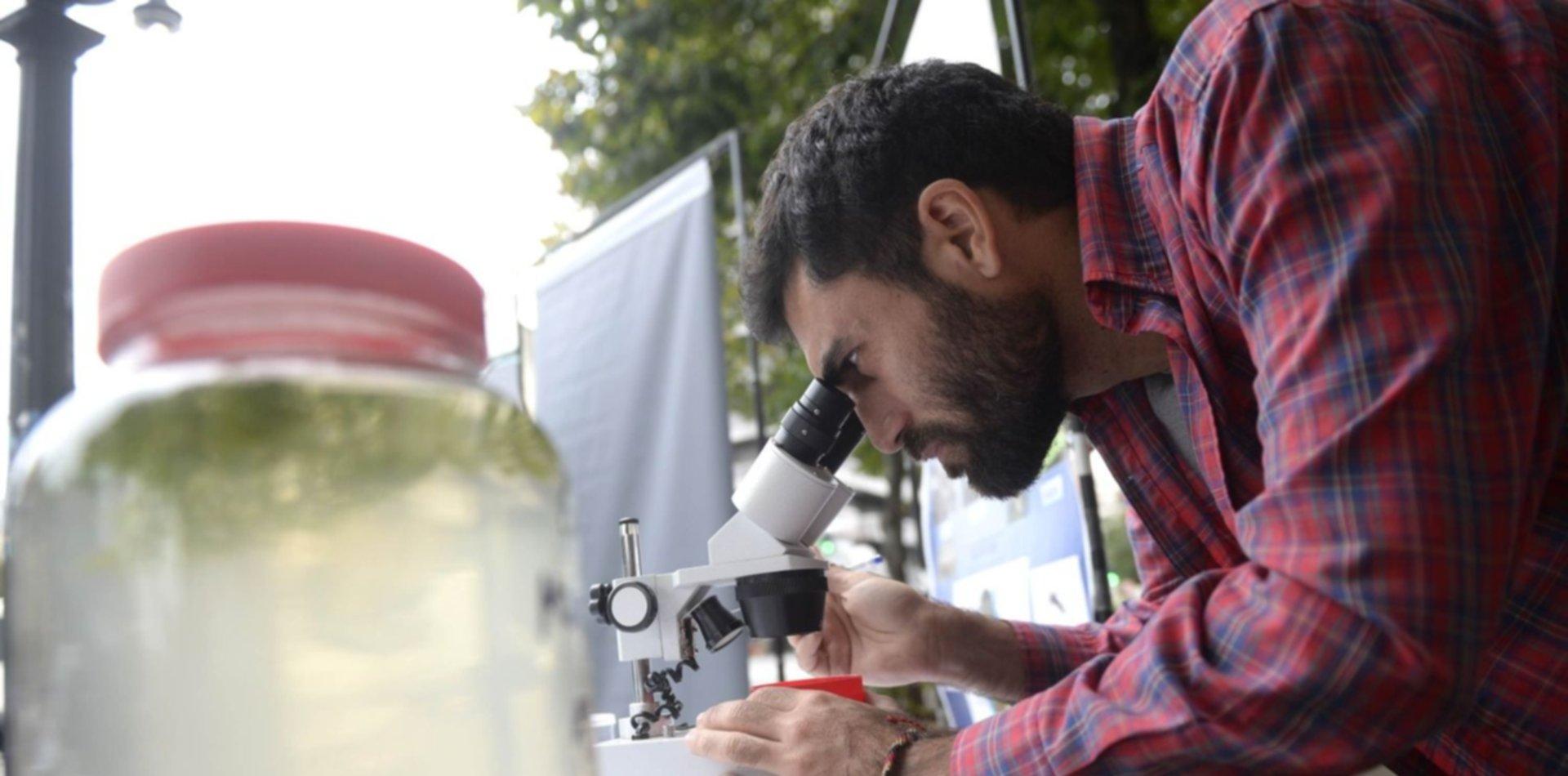 Científicos salieron a la calle para reclamar por los recortes en el CONICET y la UNLP