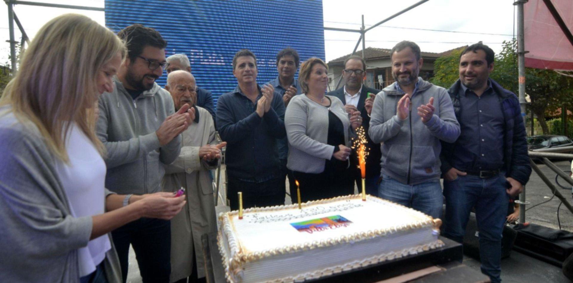 Feria, música y baile: Villa Elisa festejó sus 130 años a puro ritmo