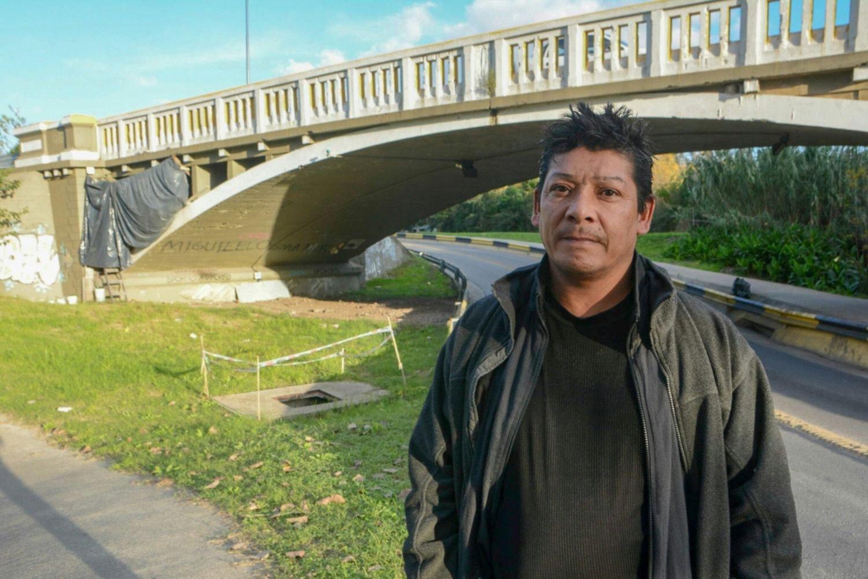 Tiene un tumor y vive bajo un puente llamativamente declarado patrimonio de La Plata