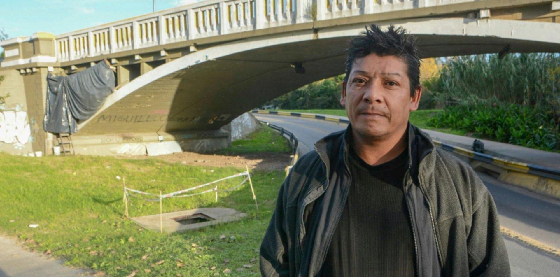 La historia de Carlos, que vive hace 5 años bajo unpuente declarado patrimonio histórico de La Plata