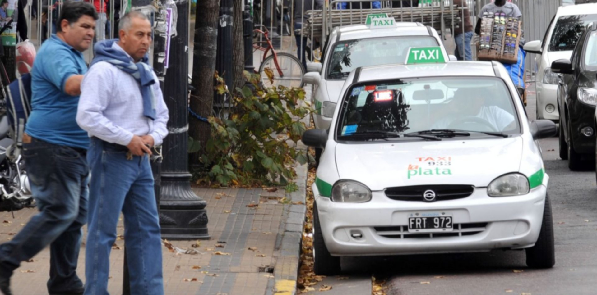 Simuló ser pasajero, le pegó una trompada al taxista y le robó la recaudación