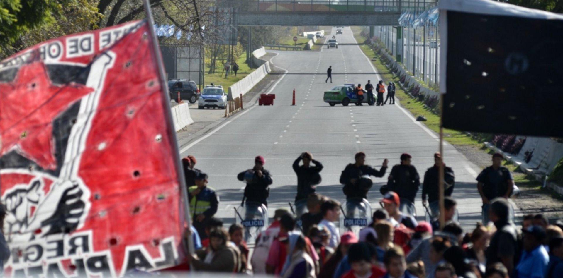 Caos para viajar a Capital Federal: piqueteros cortan la Autopista La Plata-Buenos Aires
