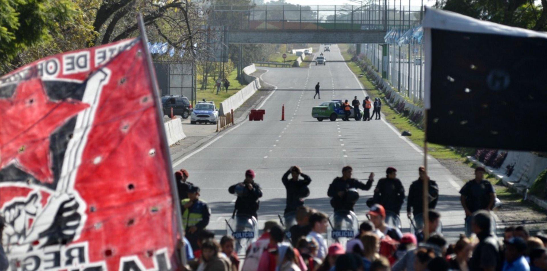 La subida a la Autopista La Plata-Buenos Aires está  cortada por una protesta