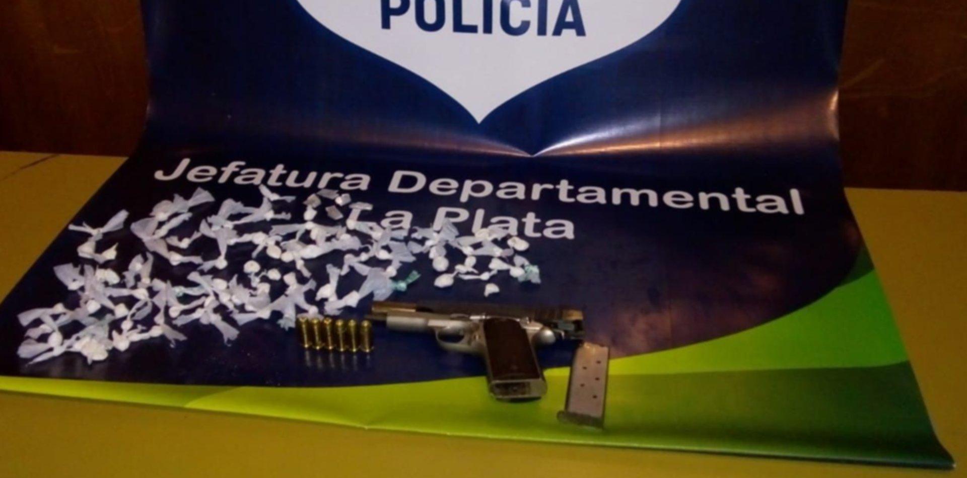 Allanaron la casa de un dealer que operaba en Tolosa y le encontraron cocaína y armas