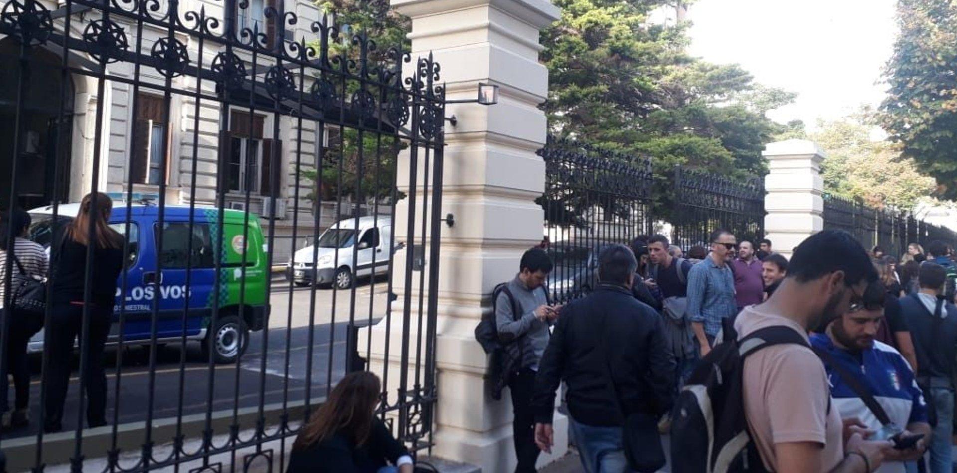 Susto en la Legislatura: la evacuaron por una amenaza bomba