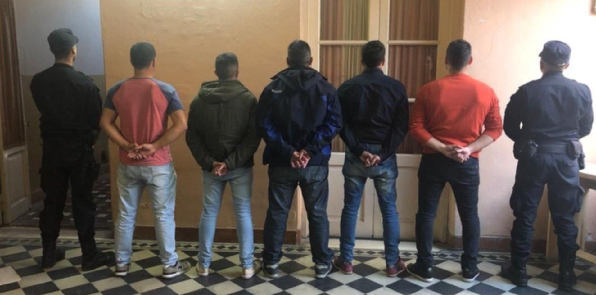 Trasladan a La Plata a siete policías detenidos por las muertes en San Miguel