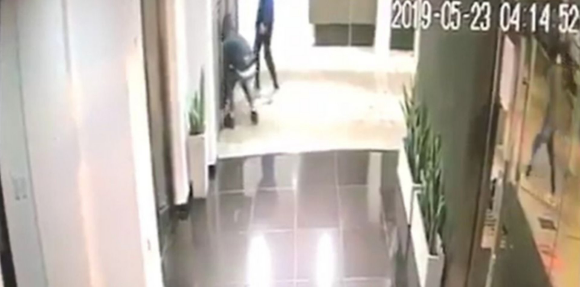 VIDEO: Cuatro ladrones, un portón y un fallido intento de robo en Barrio Norte