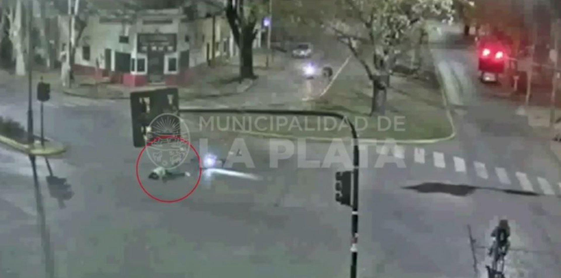 VIDEO: Un hombre en moto chocó con una rambla y terminó herido en La Plata