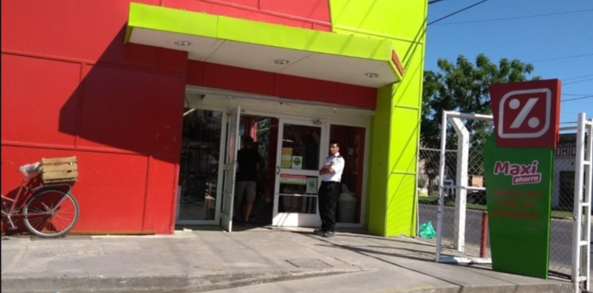 De película: casi entran a robar a un supermercado Día de Ensenada haciendo un boquete