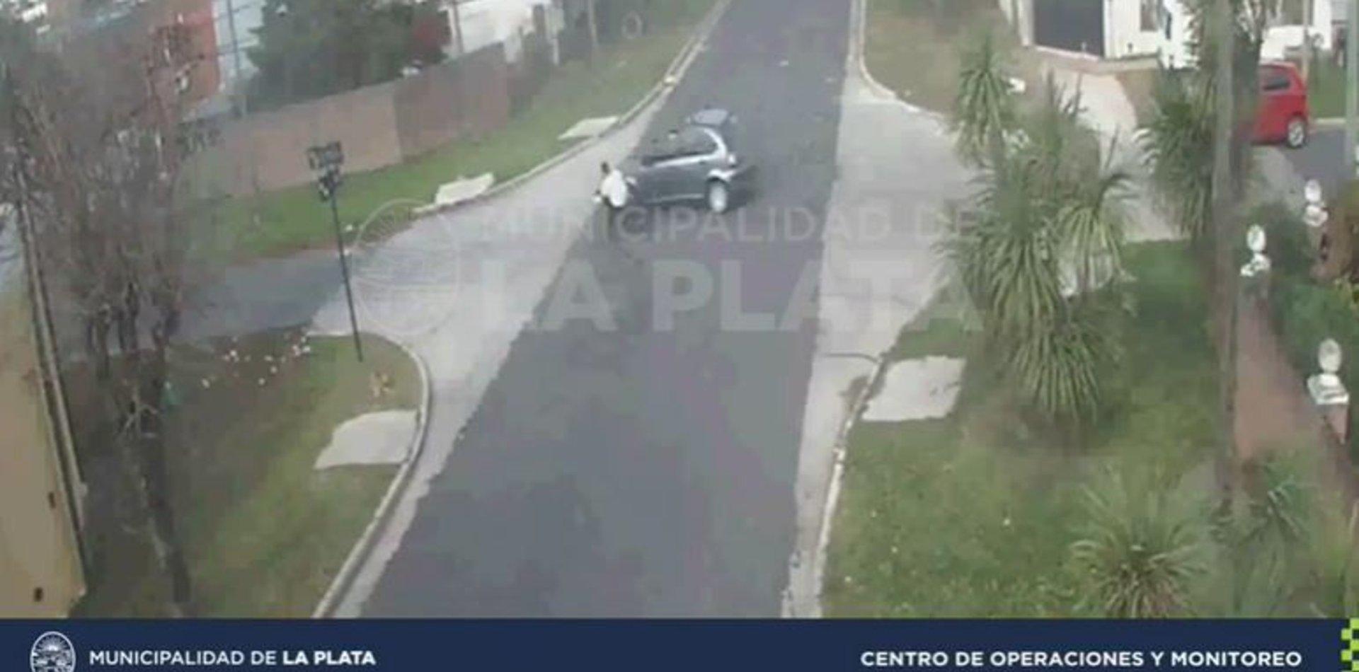 VIDEO: Un motociclista salió despedido tras chocar con un auto en Tolosa