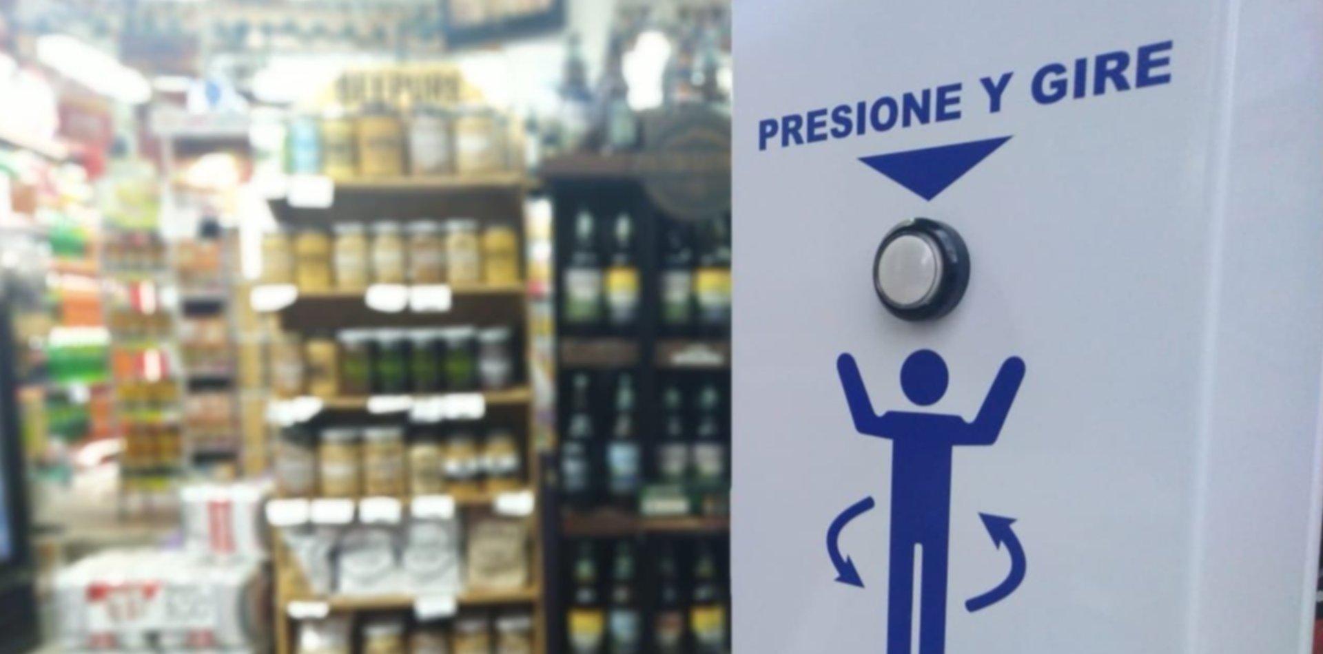 Un supermercado platense instaló un llamativo rociador para desinfectar a sus clientes