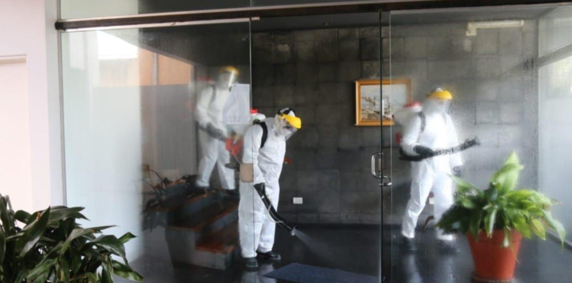 Realizan un operativo de desinfección en un edificio de La Plata tras un caso positivo