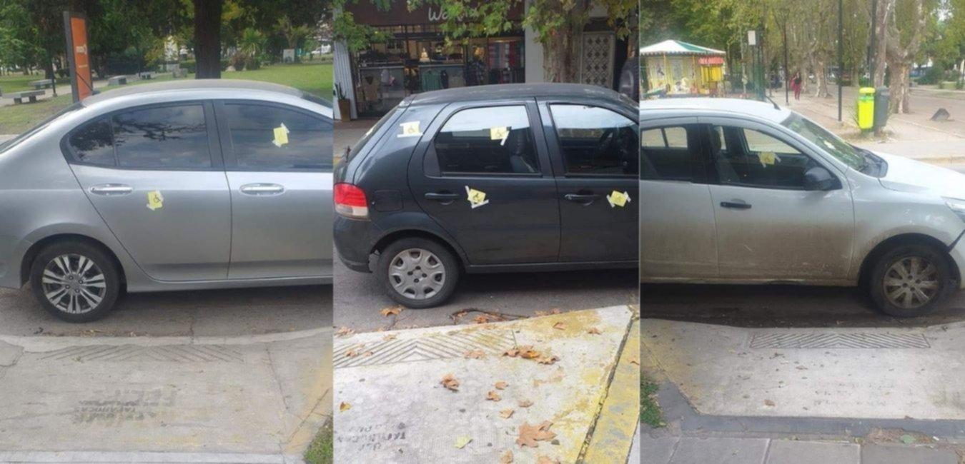 Un vecino escrachó más de 20 autos por bloquear rampas para personas con discapacidad