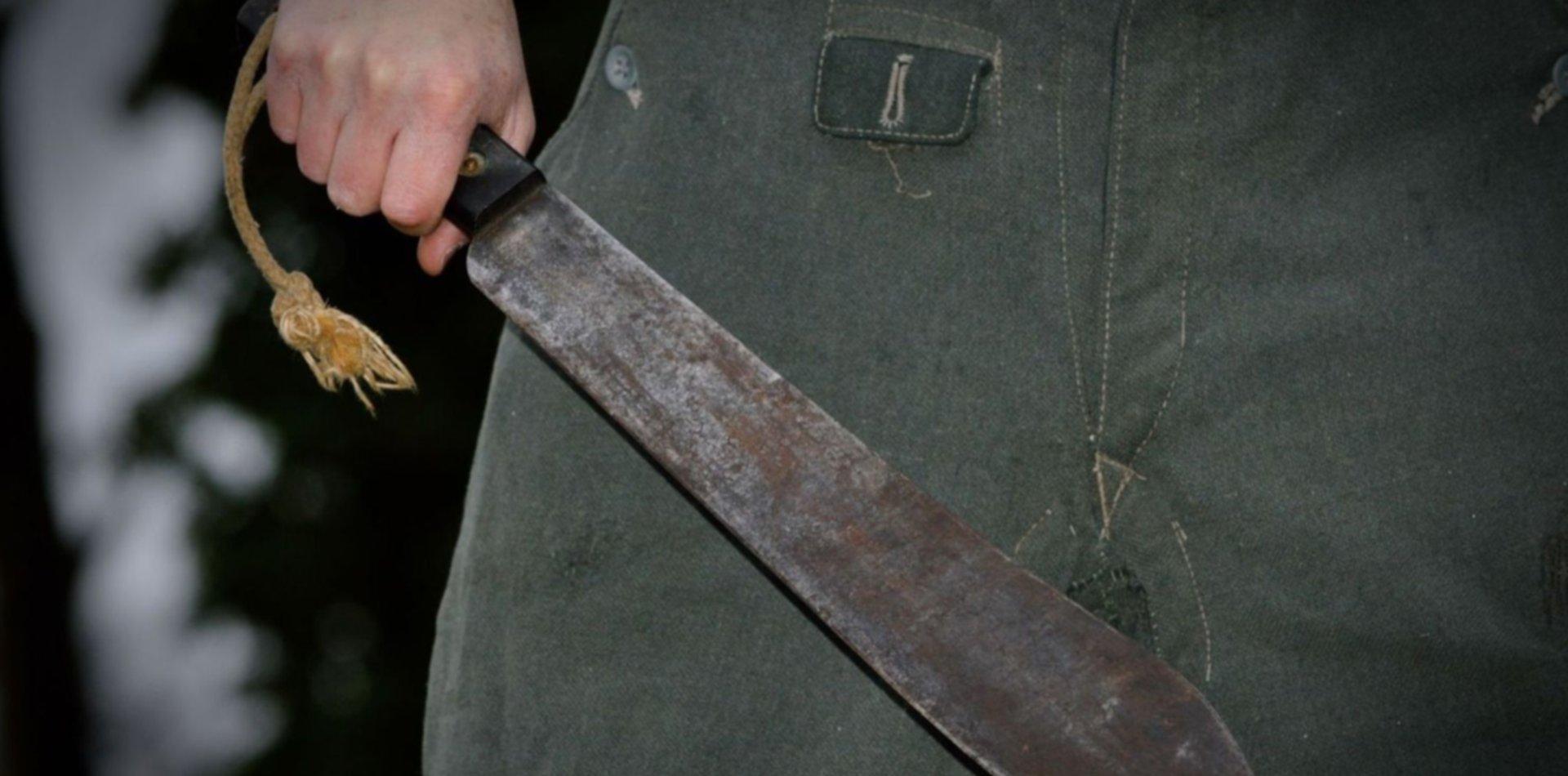 Amenazaron a un hombre con un machete, le robaron todo lo que tenía y escaparon